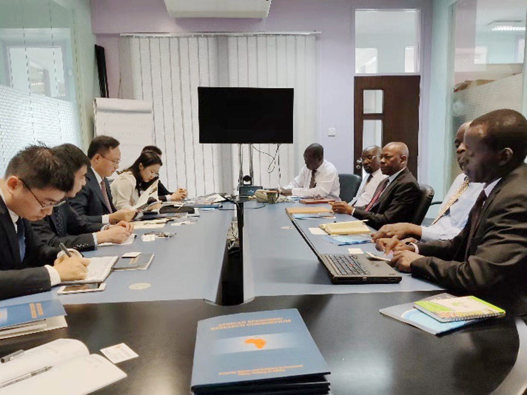 与非洲经济研究联盟培训计划部主任因诺森特·马奇座谈.jpg